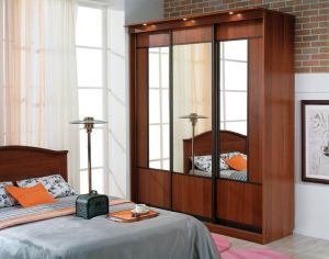 Трехдверный шкаф-купе с зеркалами.